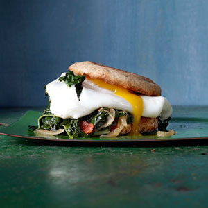 bacon-egg-sandwich-greens