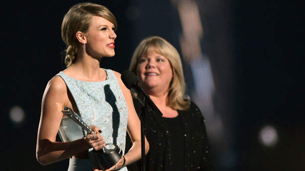 Watch Taylor Swift's Mom Give a Moving Speech at the Country Music Awards