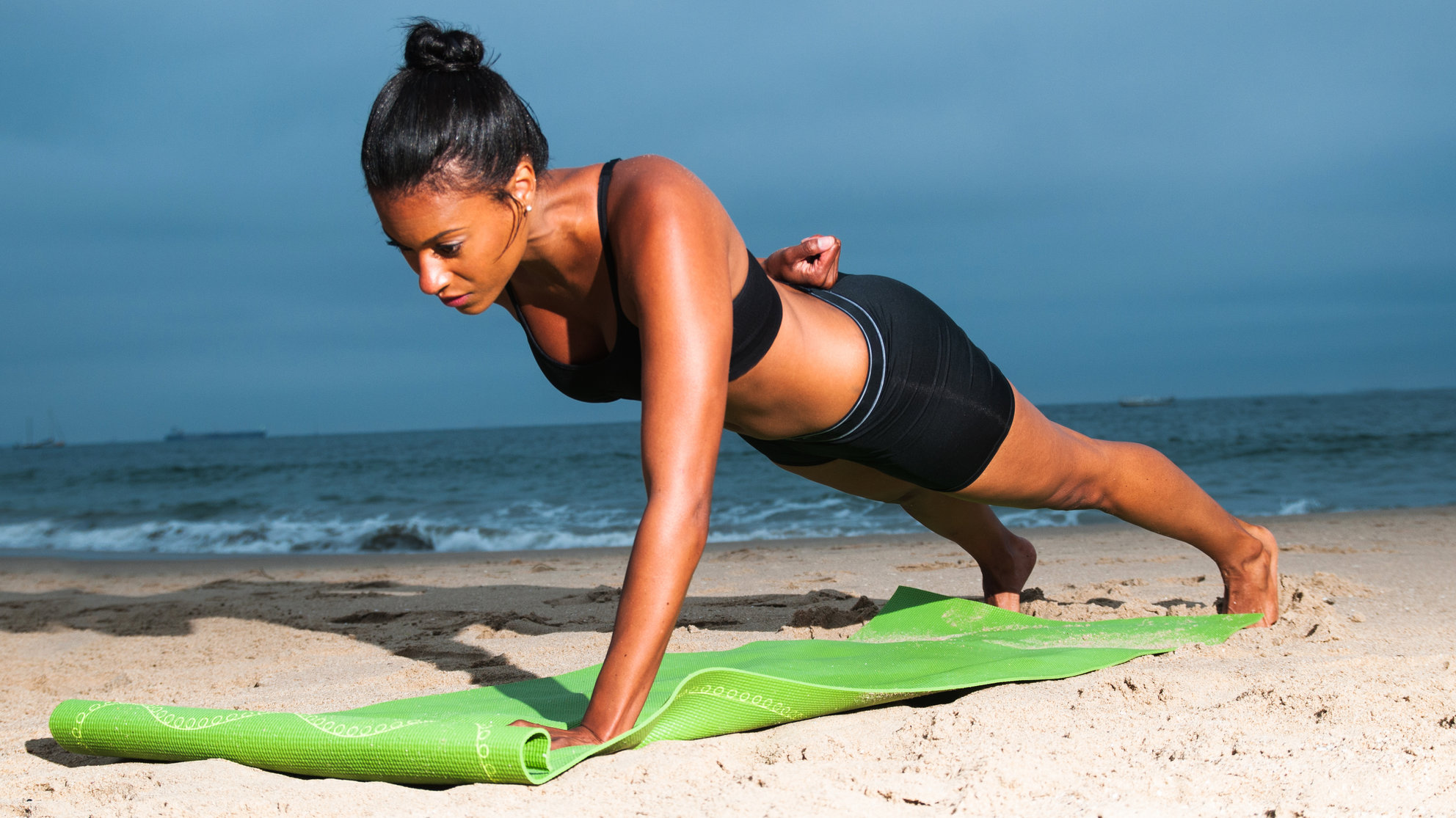 hiit-beach-workout-plank-pushup-one-arm