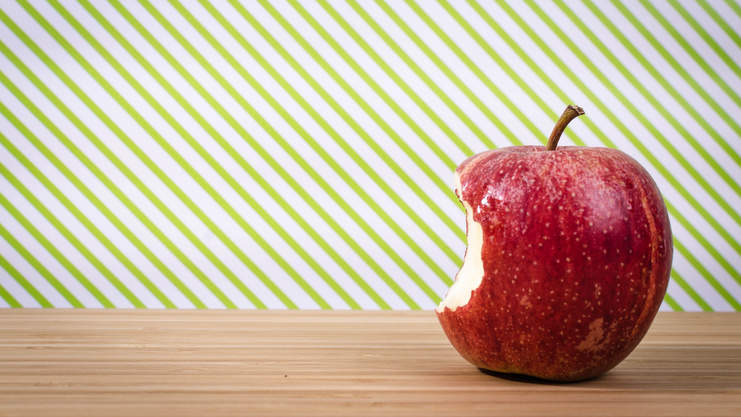 Red apple on table bite oral allergy syndrome pollen symptoms