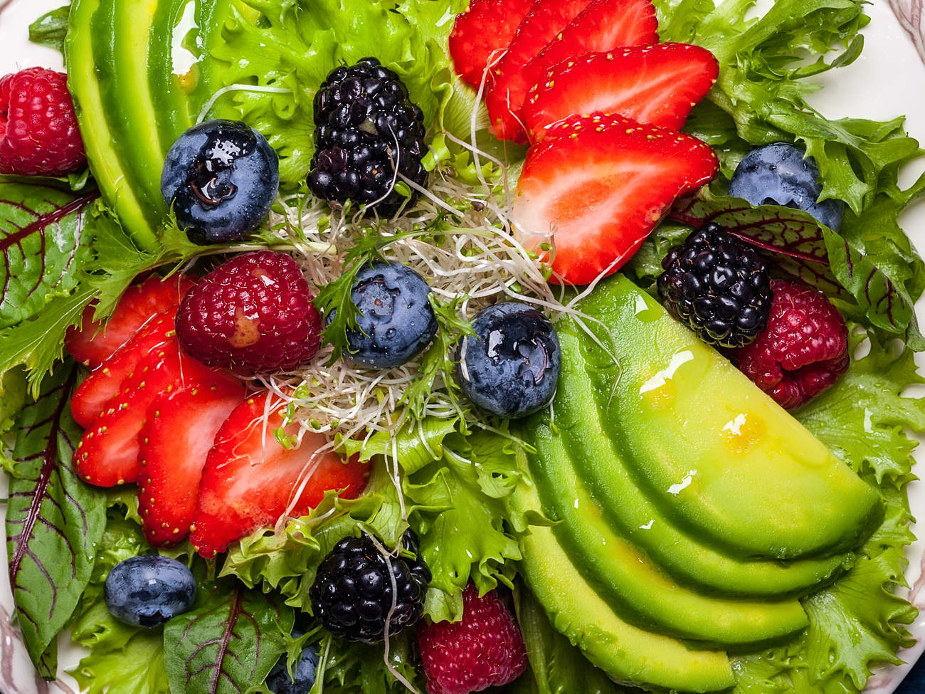 spring-superfoods-workout avodcado strawberry salad healthy food