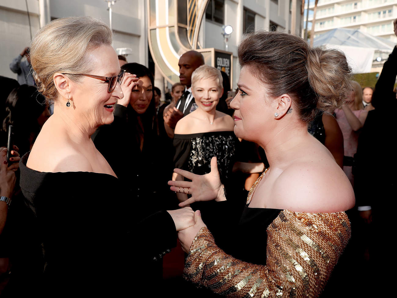 Kelly Clarkson Totally Fangirls Over Meryl Streep on Golden Globes Red Carpet: 'Can I Meet You?'