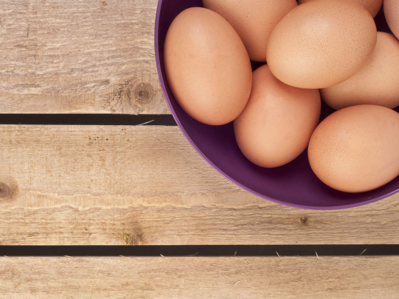 eggs-bowl-wood-kitchen