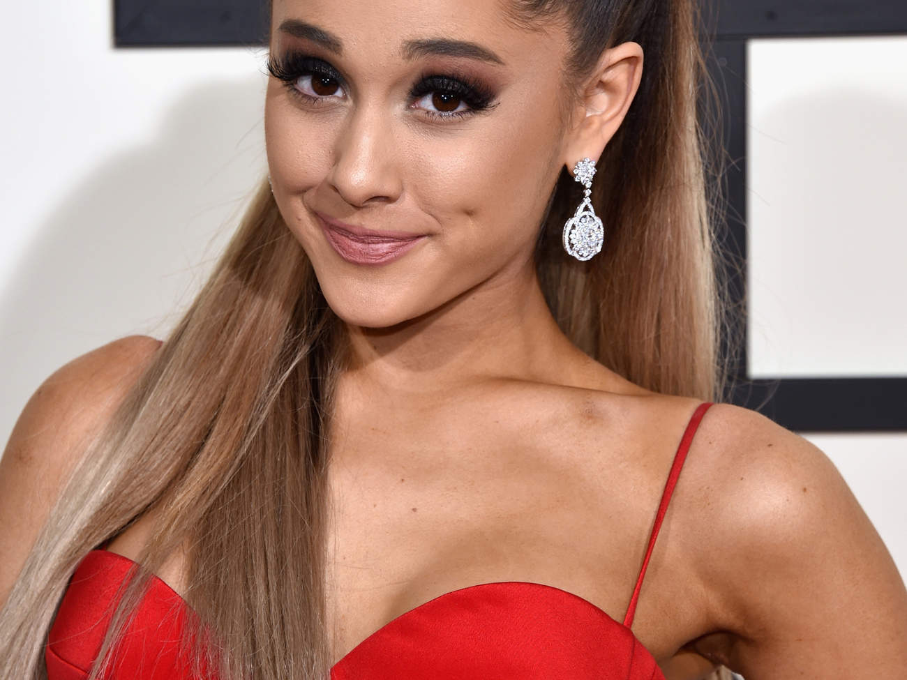 ariana-grande-closeup-earrings