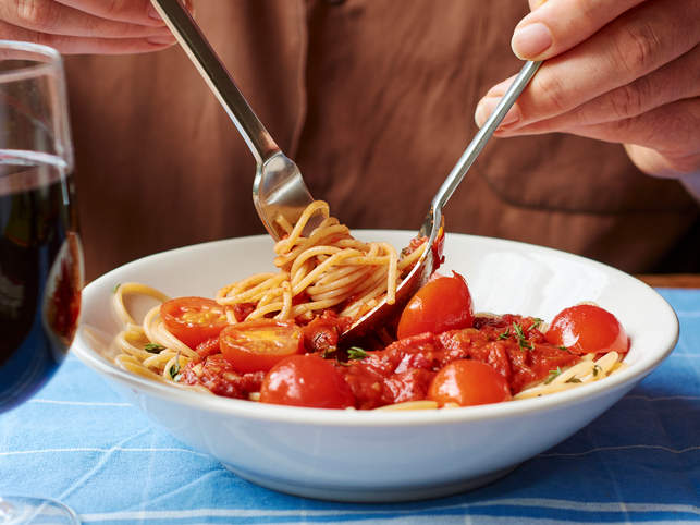 Spaghetti with tomato sauce close-up low GI diet weight loss body fat