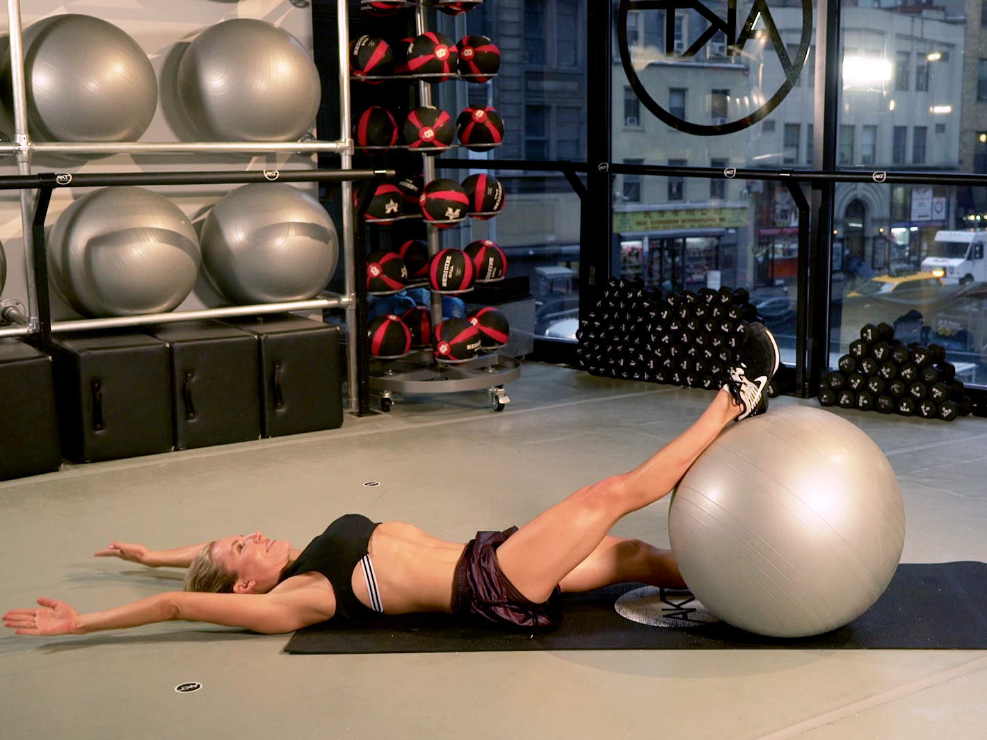 anna-kaiser-physio-ball-workout-video
