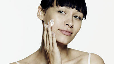 applying-cream-skin
