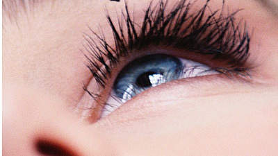 applying-mascara-closeup