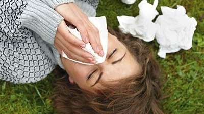 woman-sneezing-tissues