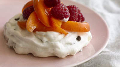 chocolate-chip-pavlovas-raspberries