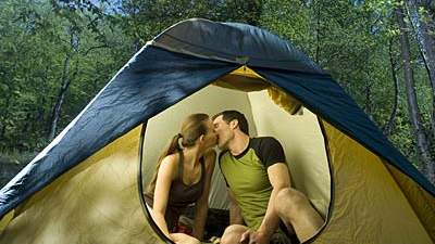 couple-kissing-tent