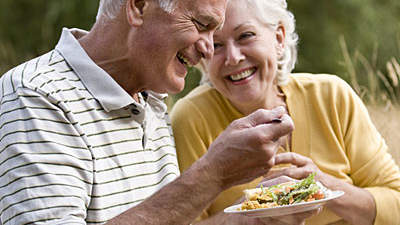 elderly-couple-eating