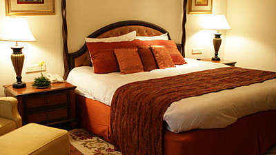 queen-size-bed-hotel