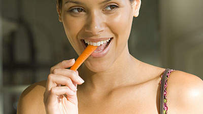 woman-eating-carrots