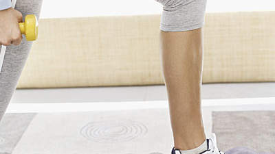 woman-lunges-carpet