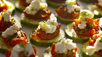 Crunchy zucchini rounds with sun-dried tomatoes and goat cheese