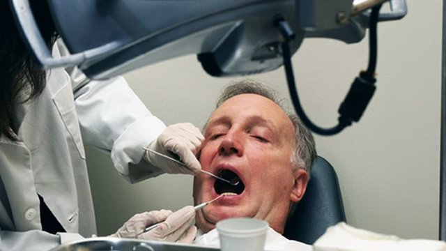Healthy Gums Tied to Longer Lives for Women