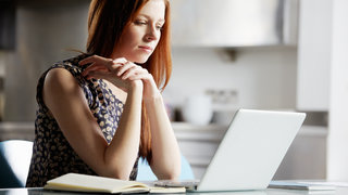 internet-doctor-woman-laptop-skin-condition