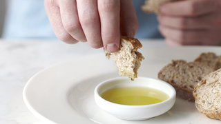 bread-oil-24-things-you-should-never-eat-out