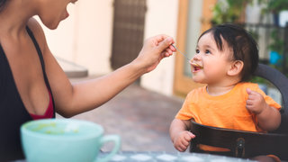 feeding-child-food