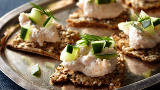 flatbread-crackers-taramasalata