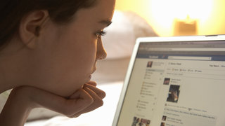girl-laptop-facebook