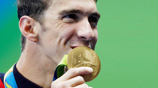 michael-phelps-kiss-gold-medal-olympics