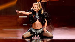 britney-spears-abs-pointing